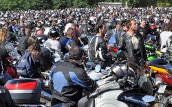 10-Madone des motards. Les motards pendant la messe de l'Assomption